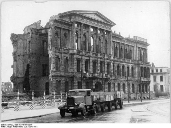 797px-Bundesarchiv_Bild_183-45400-0005%2C_Berlin%2C_Friedrich-Ebert-Straße%2C_Ruine