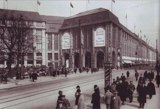 1024px-Kaufhaus_Wertheim,_Leipziger_Platz,_1920er_Jahre