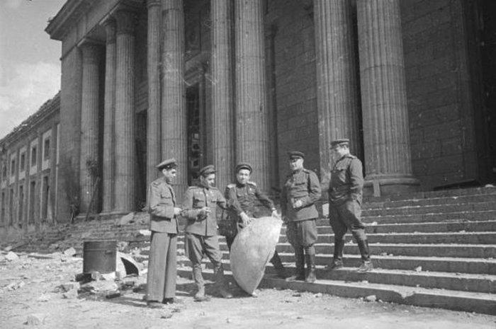 Четыре советских офицера на ступенях имперской канцелярии. AHF